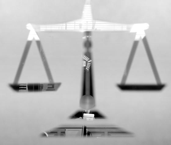 남편을 피하려다 아내가 건물 아래로 떨어져 숨졌더라도 충분한 인과관계가 인정되지 않는 한 남편에게 사망 책임을 물을 수 없다는 법원 판단이 나왔다. [중앙포토]