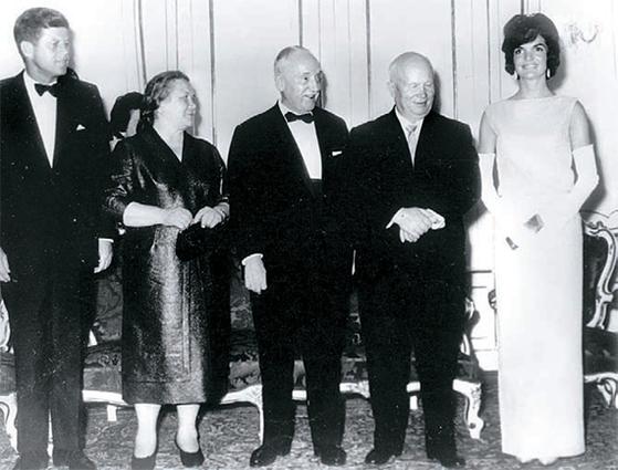미국 대통령 케네디(왼쪽)·재클린(오른쪽) 부부와 소련 공산당 제1서기 흐루쇼프(오른쪽 둘째)· 니나(왼쪽 둘째) 부부(1961년 6월 오스트리아 빈). [중앙포토]