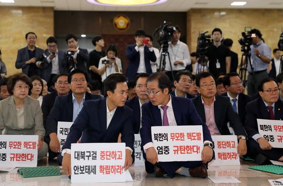 자유한국당은 8일 오전 국회 로텐더홀에서 보이스 오브 자유한국 릴레이 발언대 행사를 열고 북핵대책 즉각 강구 등을 요구했다. 조문규 기자