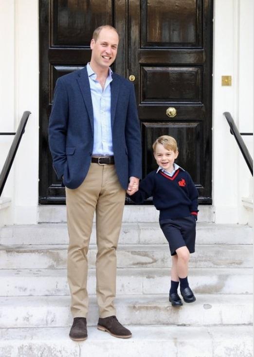 첫 등교날 아버지 윌리엄 왕세손과 포즈를 취한 조지 왕자. 두 부자가 한 손을 바지 호주머니에 찔러 넣었다. [켄싱턴궁 인스타그램]