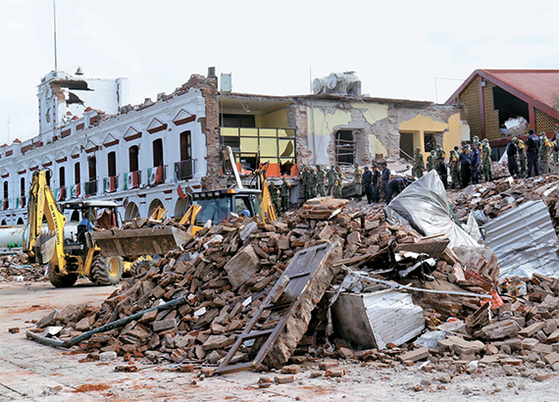 규모 8.1의 강진이 7일 멕시코 남부를 덮쳤다. 빈민 지역인 오악사카주에 있는 도시 후치탄 데 사라고사에서 무너져 내린 한 공공기관 건물. [AP=연합뉴스]