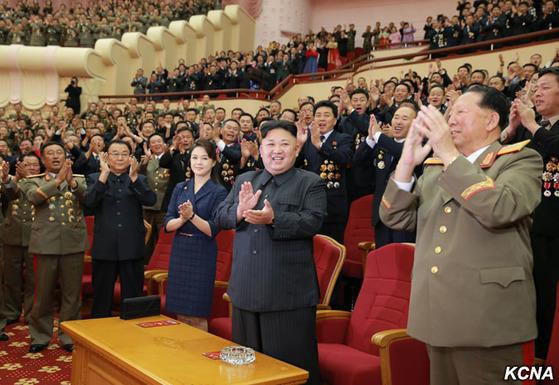 김정은 북한 노동당 위원장이 9일 6차 핵실험 관계자들을 격려하기 위해 인민극장에서 축하공연을 관람했다고 북한 관영 언론들이 10일 보도했다. 북한은 지난 3일 역대 최대규모의 6차 핵실험을 실시했으며, 김정은은 지난 7월 4일 대륙간탄도미사일(ICBM)급 화성-14형 미사일 발사에 성공한 직후에도 관련자들을 불러 축하공연을 함께했다.[사진 조선중앙통신]