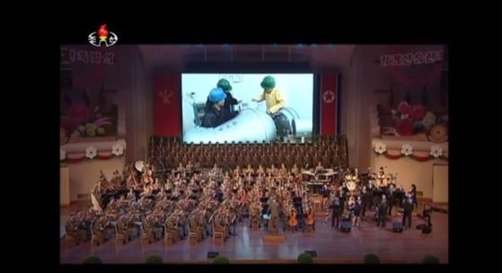 북한은 10일 6차 핵실험에 참가한 핵 과학자·기술자를 위한 축하공연에서 수소탄 탄두로 추정되는 물체의 조립 과정 일부를 공개했다. [사진 조선중앙TV 화면 캡쳐]