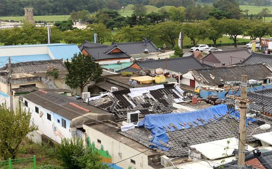 지난해 9월 12일 5.8 규모의 지진이 발생한 후경북 경주시 황남동의 전경모습. 곳곳에 무너진 지붕을 천막으로 가려놓은 곳과 첨성대가 한눈에 들어온다. [중앙포토]