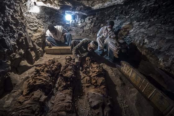 이집트 고대유물부가 지난 9일 공개한 사진. 고고학자들이 룩소에서 새로 발견된 고대 무덤을 발굴 중이다. 약 3500년 전 만들어진 이 무덤에선 금세공자의 아내와 두 아들의 미이라가 발견됐다. [AFP=연합뉴스]