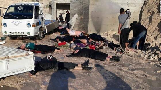 지난 4월 시리아 정부군이 실시한 사린가스 추정 화학무기 공격으로 숨져가는 시리아 민간인의 모습. [사진 CNN 캡처]