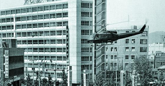 1980년 5·18 당시 광주 동구 금남로 전일빌딩 주변에 헬기가 날고 있는 모습. [사진=5·18 기념재단 제공]