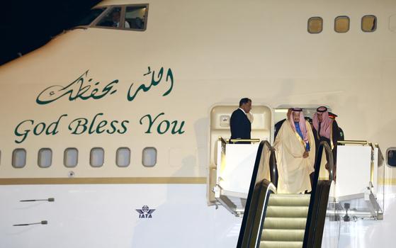 지난 3월 일본을 방문한 살만 사우디 국왕이 황금 에스컬레이터를 타고 전용기에서 내리고 있다. [AP=연합뉴스]