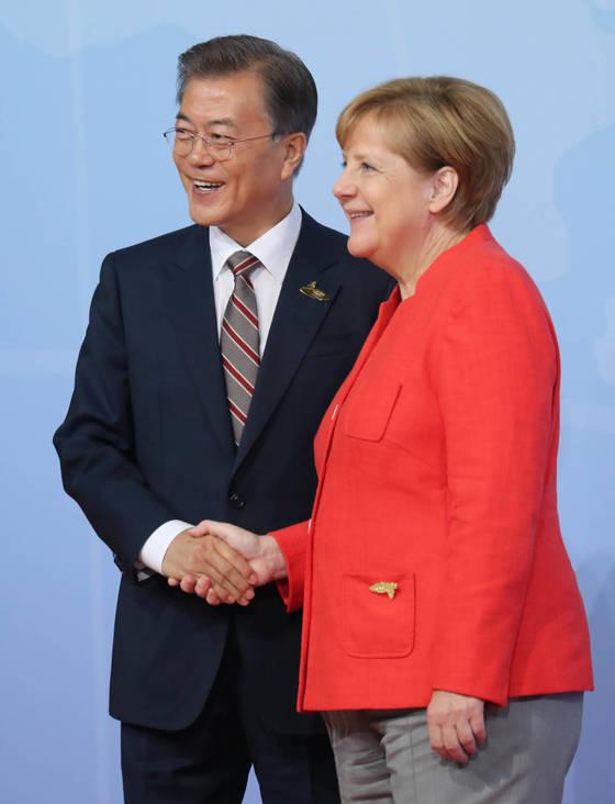 지난 7월 독일 함부르크에서 열린 주요20개국(G20) 정상회의에서 문재인 대통령을 만난 앙겔라 메르켈 독일 총리. [중앙포토]
