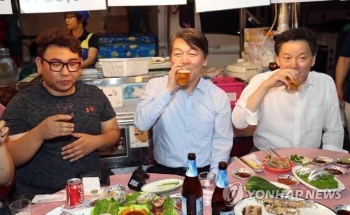 전남을 방문중인 국민의당 안철수 대표(가운데)가 9일 오후 여수시 종포해양공원 낭만포차에서 여수지역 청년당원들과 함께 맥주를 마시고 있다. [연합뉴스]