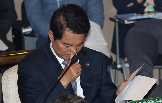 류영진 식품의약품안전처장이 지난 22일 국회에서 열린 예산결산위원회 전체회의에 참석해 자료를 보고 있다. 강정현 기자