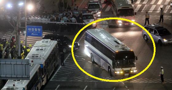 2009년 4월 30일 노무현 전 대통령이 대검찰청 조사를 마치고 나올 때 탄 버스의 모습. [중앙포토]