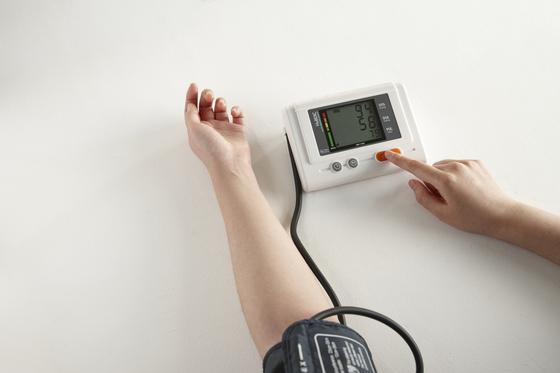 혈압을 측정하는 모습. 동네 의원을 통해 고혈압과 당뇨병을 꾸준히 관리받을 수 있는 지역이 다음달 중으로 확대될 예정이다. [중앙포토]