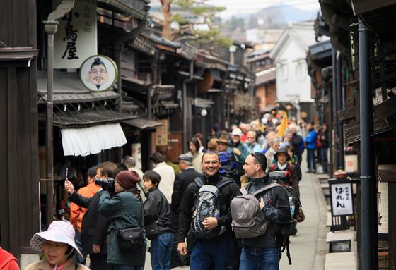 지난해 외국인 관광객 46만명이 찾아온 일본 중부 기후 현 소도시 다카야마시의 거리 모습. 이 시는 외국인 배려 차원에서 7일간 무료로 와이파이를 쓸 수 있도록 하고 있고, 10개 언어의 관광 가이드도 만들었다. [지지통신]
