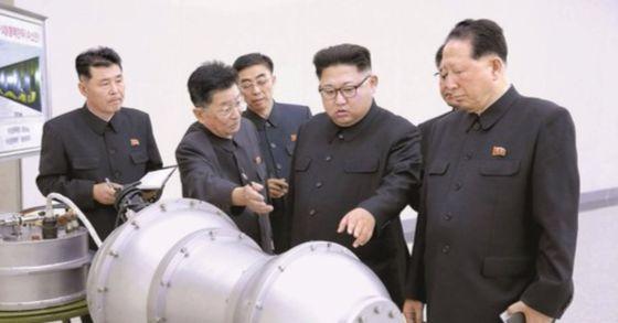 지난 3일 북한 노동신문은 1면에 수소탄 개발에 성공했다는 기사를 싣고 이를 대대적으로 홍보했다. 사진은 김정은 노동당 위원장에 수소탄 탄두 모형을 살펴보는 모습. [사진 중앙포토]