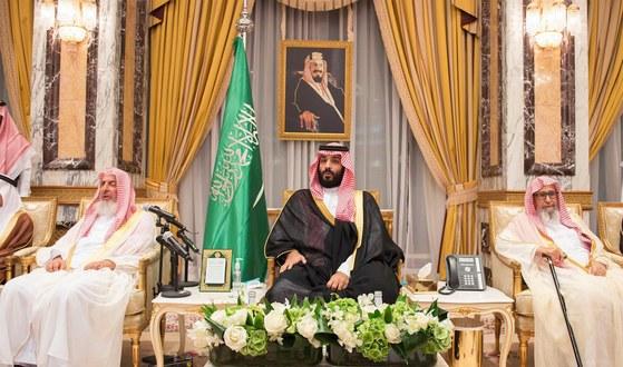 지난 6월 사우디의 새 왕세자에 책봉된 살만 국왕의 아들 빈살만(가운데)이 수백 명을 넘는 사우디 왕자들로부터 충성 맹세를 받는 행사에 참석한 모습. 현재 사우디는 수아디리 왕비의 아들인 살만 국왕, 손자인 빈살만 왕세자가 권력을 다 쥐고 있다. [EPA=연합뉴스]