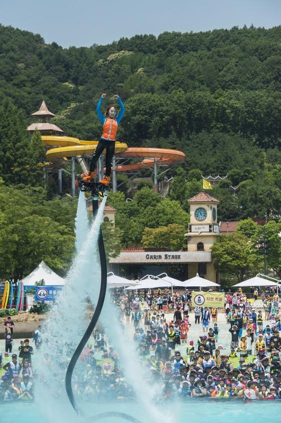 박진민씨가 에버랜드 캐리비안베이에서 플라이보드 공연을 펼치고 있다. [사진 에버랜드]