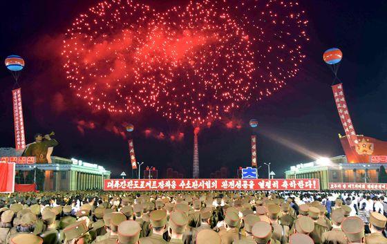 지난 6일 북한 정권 수립기념일일 9.9절을 앞두고 평양 김일성광장에서 수소폭탄 실험 성공을 자축하는 불꽃놀이 행사가 진행됐다. [평양 AFP=연합뉴스]
