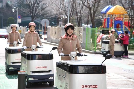 3년 연구 끝에 만들어진 한국야쿠르트의 탑승형 카트는 전기로 충전해 달리는 냉장고다. 넉넉한 용량(220L) 덕에 유제품은 물론 신선식품 배달에도 편리하다. 사진은 2015년 열린 카트 탑승식. [사진 한국야쿠르트]
