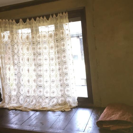 안거리 집 안쪽의 툇마루. 주인이 직접 만든 손뜨개 레이스 커튼과 전통염색으로 만든 이불이 멋스럽다. 윤경희 기자