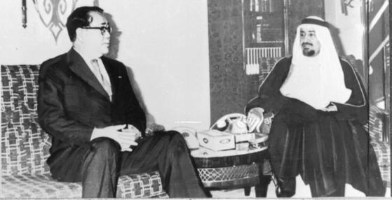 1980년 사우디를 방문한 최규하 전 대통령이 칼리드국왕과 회당 중이다. [중앙포토]