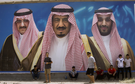 지난 4월 사우디아라비아의 거리에서 촬영된 대형 입간판. 당시 왕세자였던 빈나예프 왕자(왼쪽), 살만 국왕(가운데), 새로 왕세자에 책봉된 빈살만의 초상이 그려져 있다. 이들은 모두 수다이리 왕비의 핏줄이다.[AP=연합뉴스]