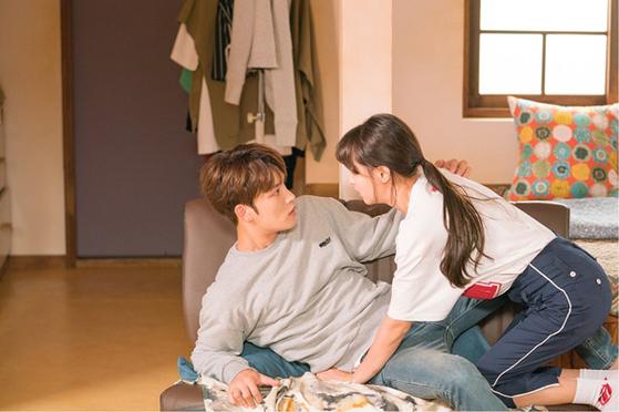 '맨홀'은 김재중과 유이의 만남으로 기대를 모았지만 시청률 1%로 고전을 면치 못하고 있다. [사진 KBS]