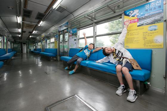 박시준(오른쪽)·이웅찬 소년중앙 학생기자가 수도권 전철 1호선을 운행했던 코레일 전동차 1000호에 올랐다. 2000년까지 운행했으며 현재는 철도박물관에서 만날 수 있다.