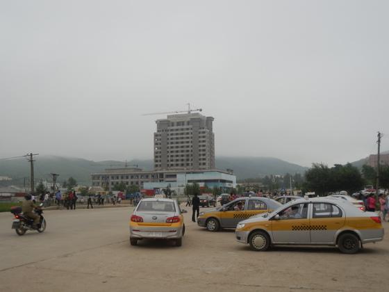 중국·러시아와 국경을 접하는 나성경제특구 중심부에 건설 중인 호텔. [중앙포토]