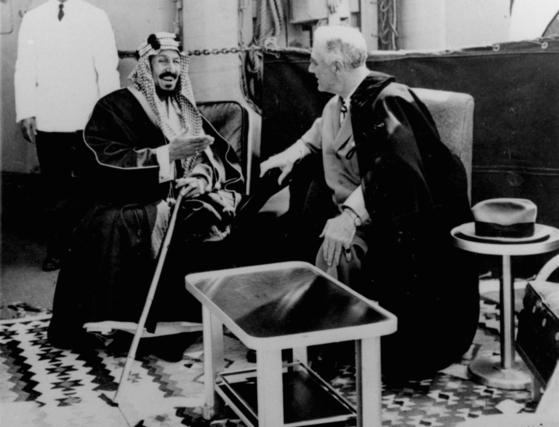 1945년 프랭클린 루즈벨트 전 미국 대통령을 만난 이븐 사우드 사우디 초대 국왕.[AP=연합뉴스]