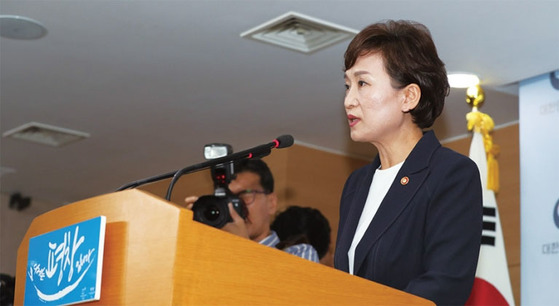김현미 국토교통부 장관이 지난 8월 2일 주택시장 안정화 방안을 발표했다. 단순한 부동산 대책이 아니라 부자 증세를 위한 마중물로 보는 시각이 지배적이다. / 사진:국토교통부