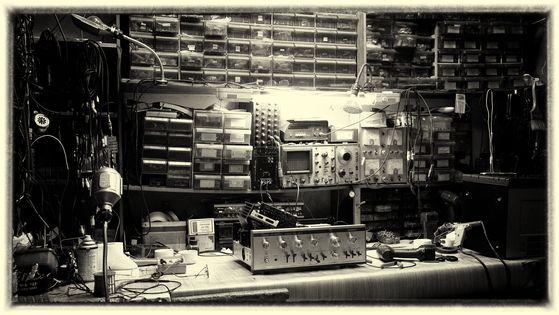 고수의 아우라가 느껴지는 거창 '대영소리사' 사장님의 작업실. 수술대 위에 내장을 다 드러내 놓고 누운 40살 내 앰프가 보인다. [사진 조민호]