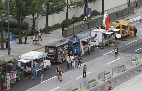 서울 광화문 광장에서 열린 '2018평창 동계올림픽 도심속 봅슬레이' 행사에서 푸드트럭들이 손님을 기다리고 있다. 임현동 기자