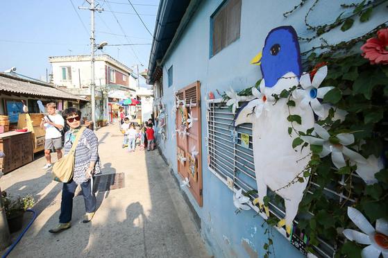 광주 양림동 펭귄마을을 찾은 관광객들이 옛 추억이 담긴 물건들로 치장한 골목길을 돌아보고 있다. 프리랜서 장정필