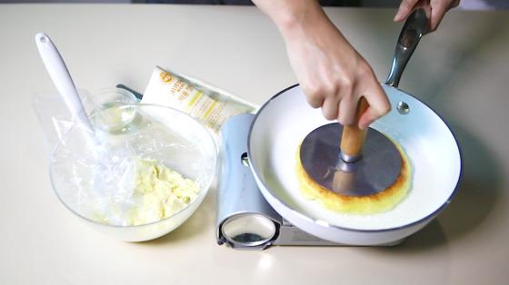 그릇에 따뜻한 물과 드라이, 반죽믹스를 넣고 반죽한다. 반죽이 다되면 적당량의 반죽을 떼어내 손바닥 위에 넓게 편 후 잼믹스를 넣고 오무린 후 기름을 두른 팬에서 굽는다.