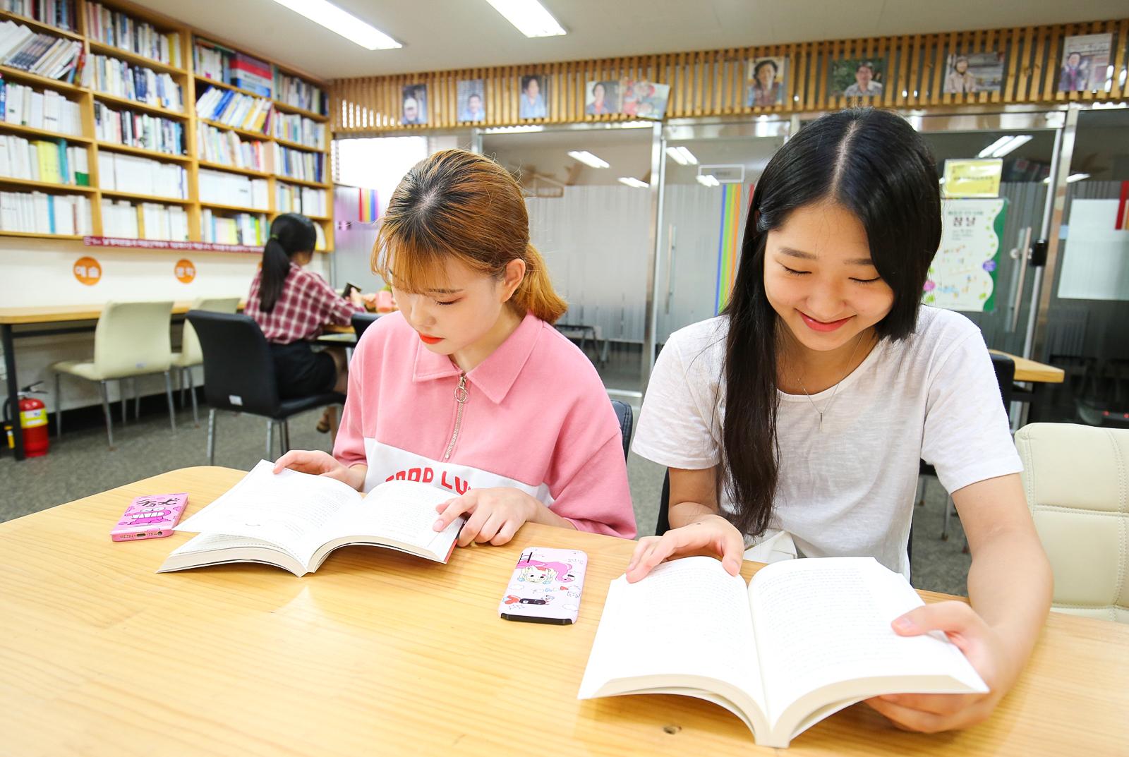 지난 9일 전주시민놀이터 1층 이야기놀이터에서 시민들이 책을 보고 있다. 프리랜서 장정필