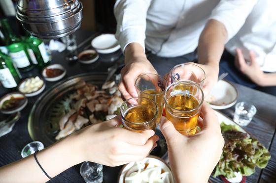 창천동 한 고깃집에서 인근에서 근무하는 직장인들이 고기와 함께 술을 마시고 있다. 우상조 기자