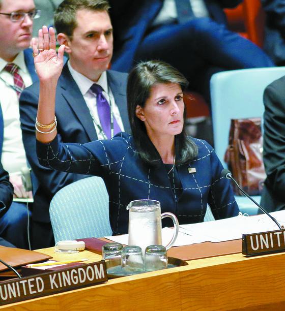니키 헤일리 미국 유엔대표부 대표가지난 11일(현지시간) 미국 뉴욕 유엔본부에서 대북제재 결의 2375호 표결에 찬성 의사를 밝히고 있다. [뉴욕 AFP=연합뉴스]