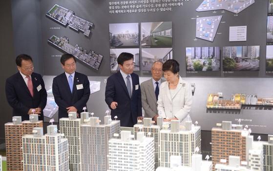 박근혜 대통령(사진 오른쪽)이 지난 2015년 9월 '1호 뉴스테이'인 e편한세상 도화 착공식에 참석한 뒤 견본주택에 들러 단지 모형을 둘러보고 있다. [청와대사진기자단]