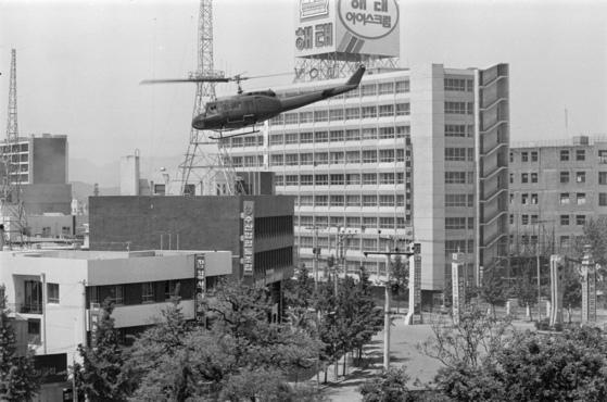 80년 5월 당시 광주 전일빌딩 앞을 날고 있는 헬기. 중앙포토