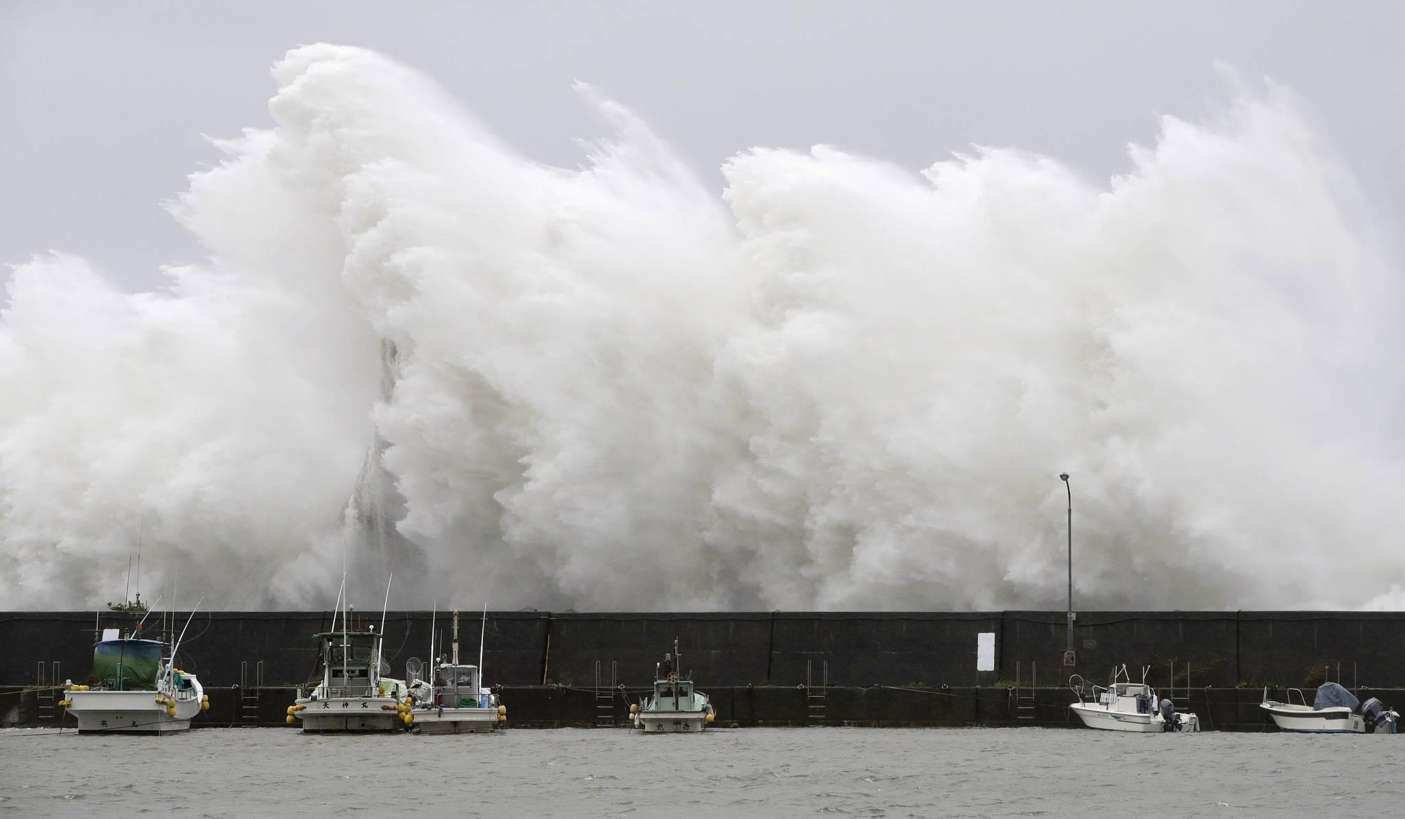 지난달 7일 일본 남부 고치(高知)현 아키(安芸)시의 항구에 태풍 노루가 들이닥치면서 높은 파도가 치고 있다. [연합뉴스]