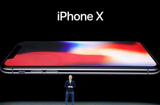 12일(현지시간) 미국 캘리포니아주 쿠퍼티노 스티브 잡스 시어터에서 팀 쿡 애플 CEO 가 '아이폰X'을 공개하고 있다. 이번에도 1차 출시국에서 제외된 한국의 경우 12월 초 출시될 것으로 보인다. [AP=연합뉴스]