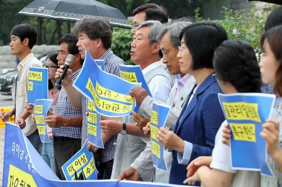 시민ㆍ환경단체 관계자들이 지난 7월 24일 오전 서울 여의도 국회 앞에서 기자회견을 열고 환경부로의 통합물관리를 촉구하고 있다. [연합뉴스]