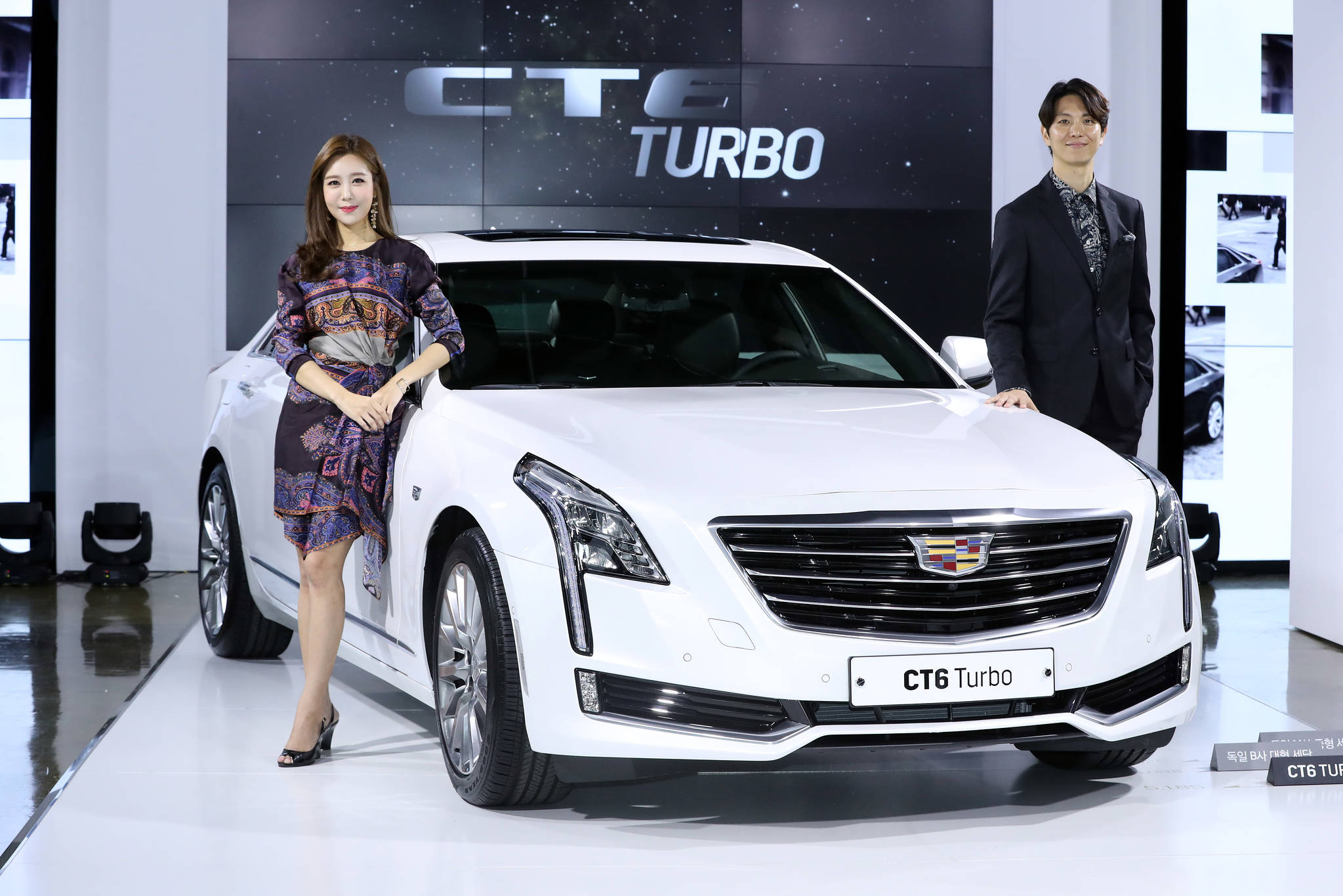 지엠코리아 캐딜락은 14일 오전 서울 논현동 캐딜락하우스에서 'CT6 터보'를 공개했다. CT6 터보는 최고출력 269마력, 최대토크 41 kg.m의 성능을 자랑하며, 기존 모델 대비 공인연비가 24%가량 향상되어 리터당 10.2km 운행이 가능하다. 가격은 6980만원이다. 우상조 기자