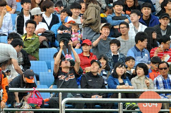 대전구장에서 열린 한화와 kt경기에서 한화 이글스를 응원하는 팬들 모습.[프리랜서 김성태]