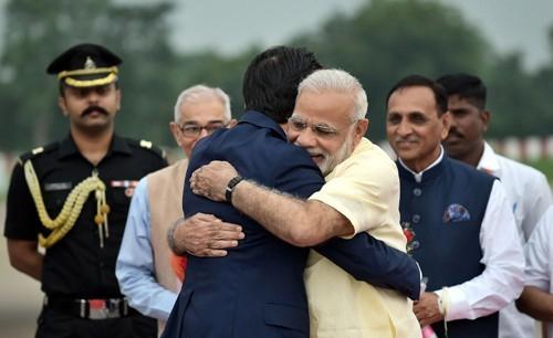 13일 인도 구자라트 주 아메다바드 공항에서 나렌드라 모디(앞줄 오른쪽) 인도 총리가 자국을 방문한 아베 신조 일본 총리와 포옹하고 있다. [AFP=연합뉴스]