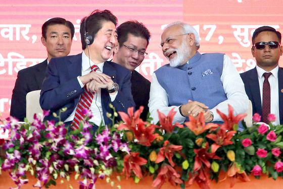 아베 신조 일본 총리와 나렌드라 모디 인도 총리가 14일 암아다바드에서 열린 신칸센 프로젝트 기념식에 참석해 이야기를 나누고 있다. [AP= 연합뉴스]