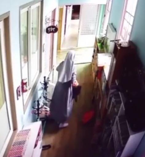 지난달 28일 충북 영동군의 한가톨릭 성당에서 운영하는 유치원에서 원장인 수녀 A씨가 세살배기 원생을 폭행하는 장면. [CCTV 영상 캡처]