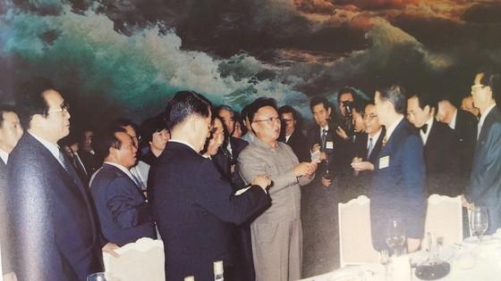 김용순 대남비서(왼쪽 끝)가 2000년 8월 평양에서 한국언론사대표단을 만나는 김정일 국방위원장을 수행하고 있다. [사진집 영도자와 인민]