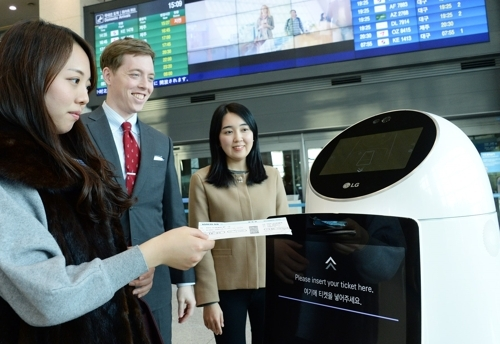 인천국제공항에서 시범 서비스를 진행 중인 LG전자 안내로봇.